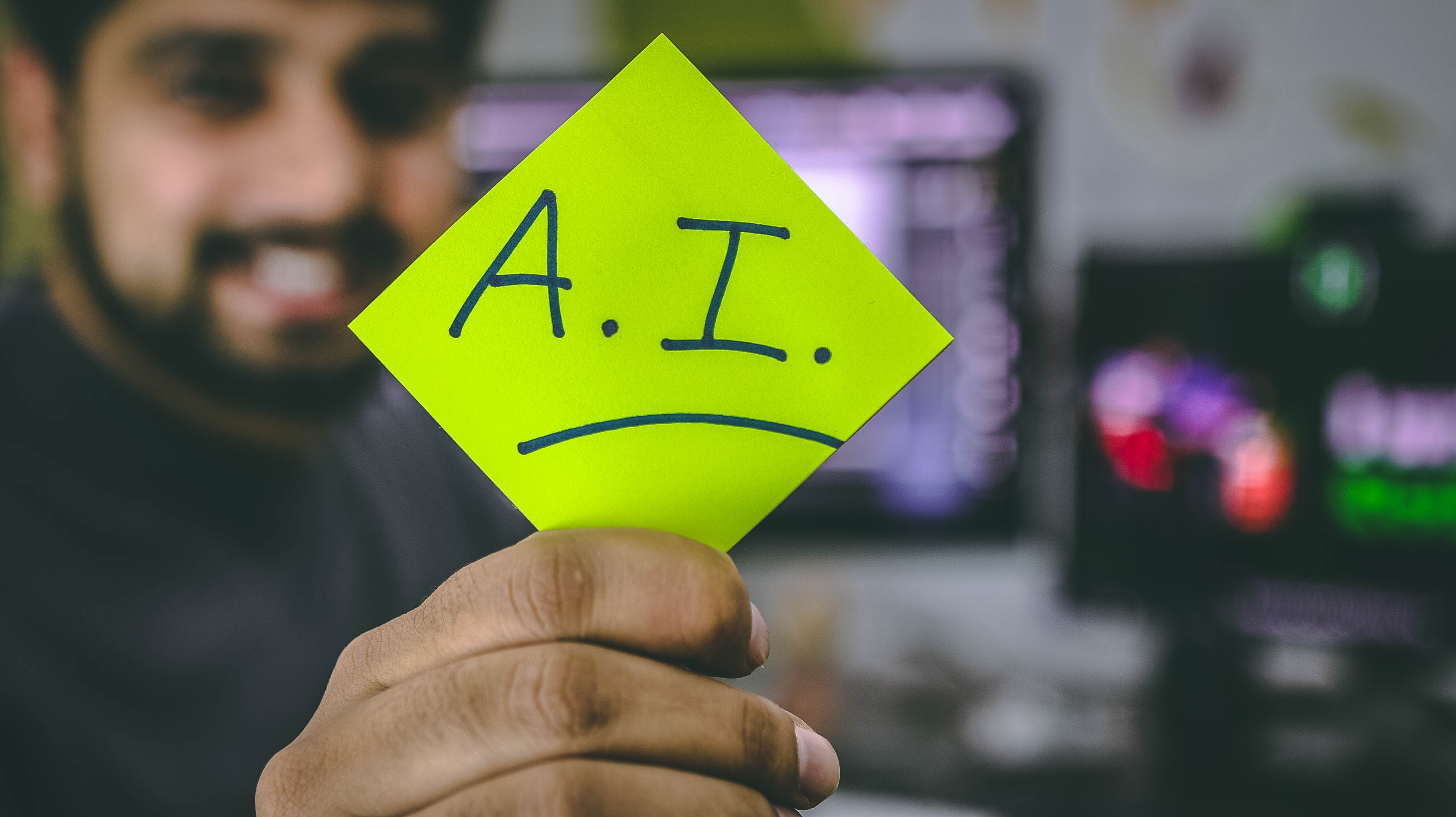 Personne tenant post-it intelligence artificielle