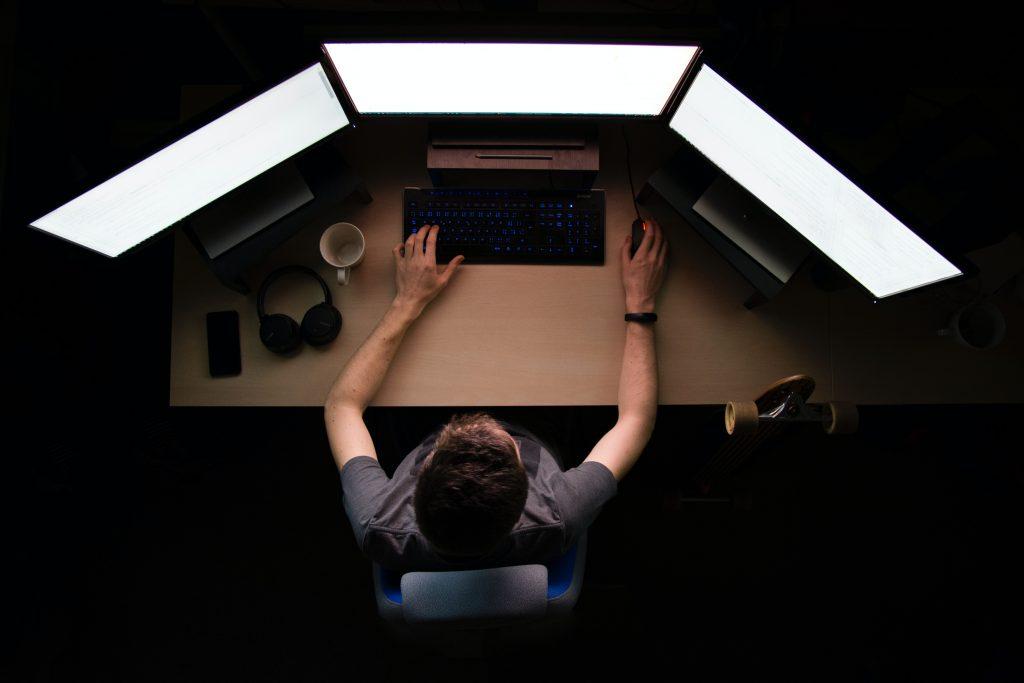 Informaticien sur son ordinateur